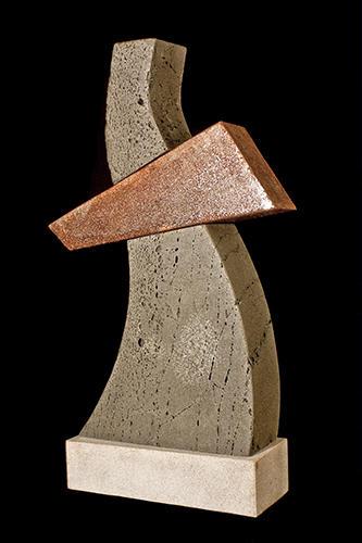 escultura en piedra y acero corten